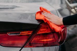 Autopflege mit einem Tuch