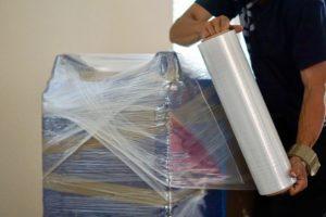 Möbel werden am Umzugstag eingepackt